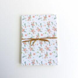 Album photo acccordéon, décor fleurs blanches et roses.