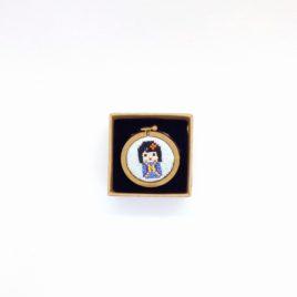 Broche brodée au point de croix, kokeshi bleu