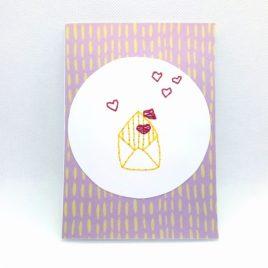 Carte brodée, thème lettre cœur.